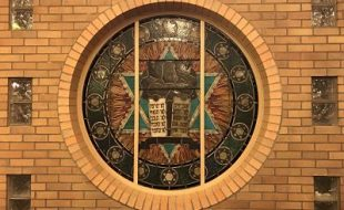 round stained glass window at temple hadar israel synagogue